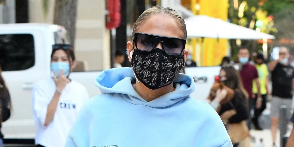 Jennifer Lopez wearing the face mask